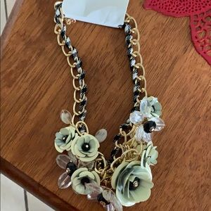 Fashion necklace with white flowers